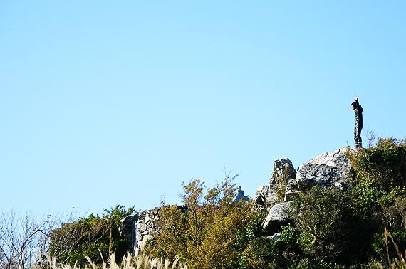 山頂の岩上に立つ人