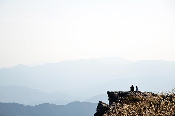 岩棚で佇む2人