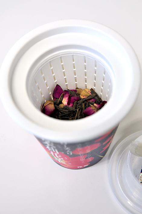 茶葉を茶漉しに入れる